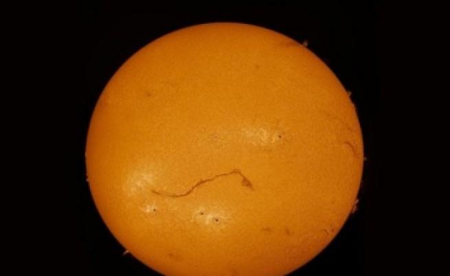 Огромна пукнатина разцепи Слънцето